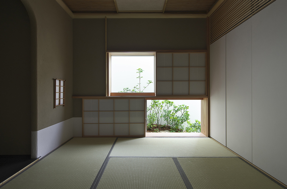 A HOUSE WITH THE WATER DECK: Japanese-style room
