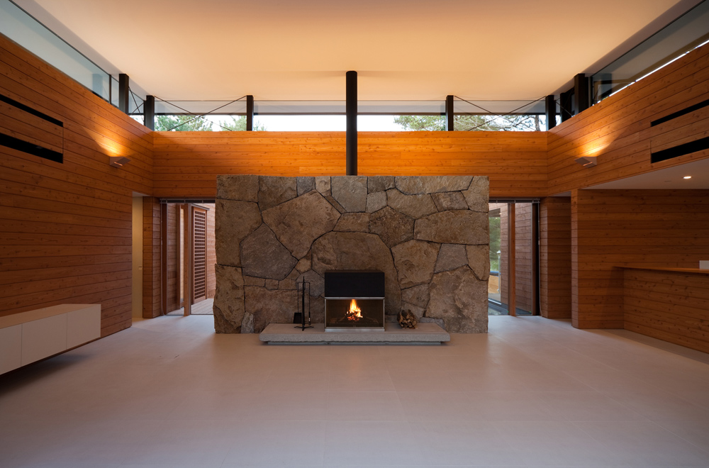 FLOATING ROOF: Fireplace