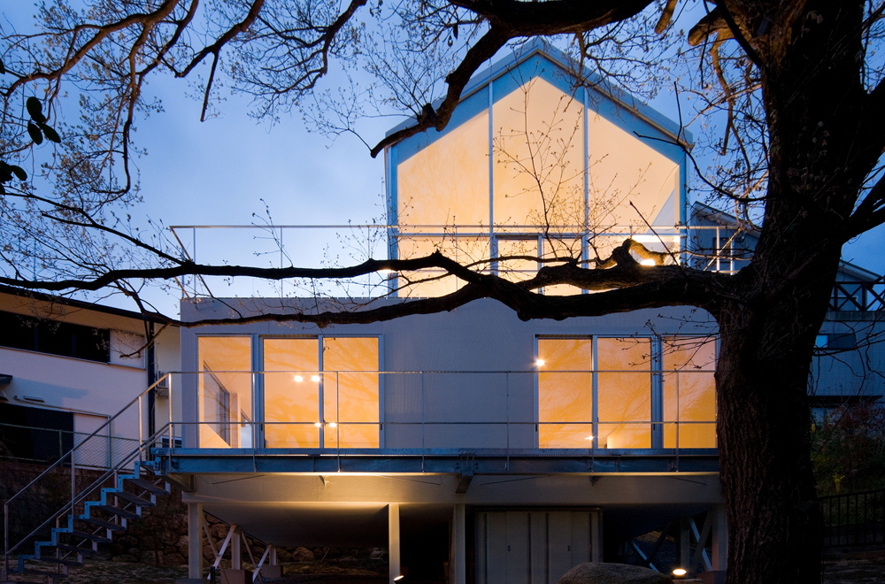 HOUSE WITH OAK TREE: Facade (in the night)