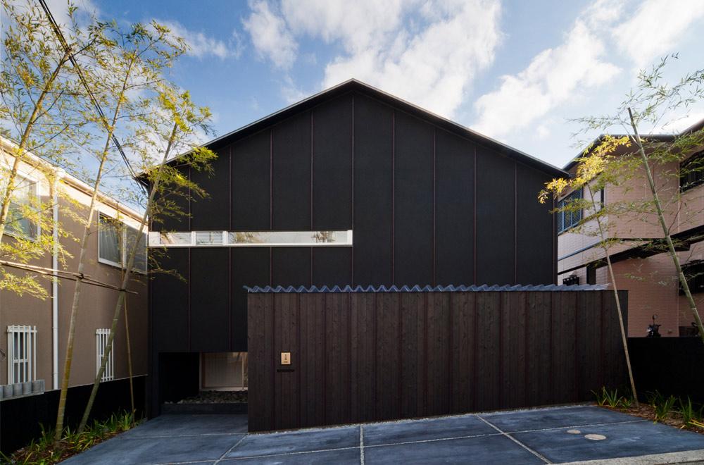 BLACK WALL HOUSE: Facade