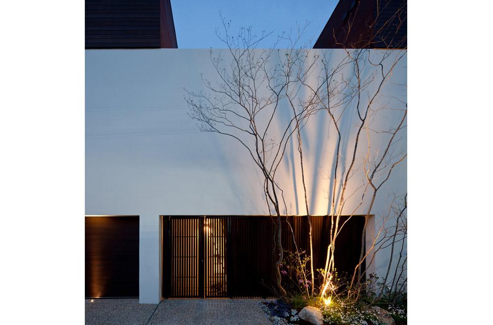 HOUSE WITH PUBLIC GARDEN: Facade (in the night)