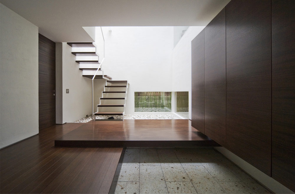 A HOUSE WITH AN INNER PATIO: Entrance hall
