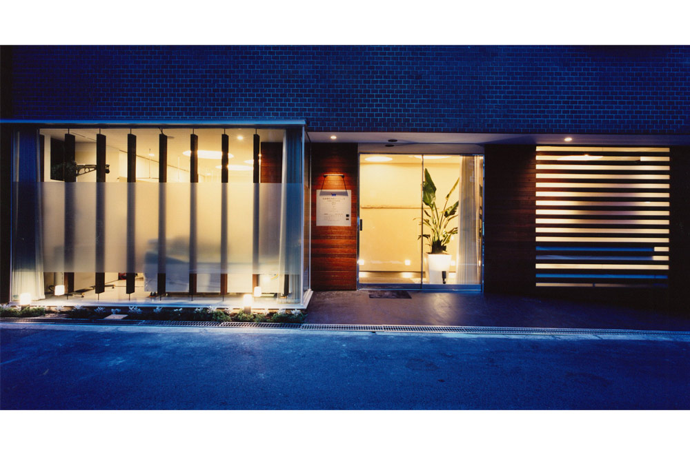 MARUI CLINIC: Facade (in the night)