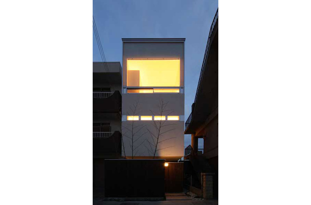 HOUSE IN AKASHI: Facade (in the night)