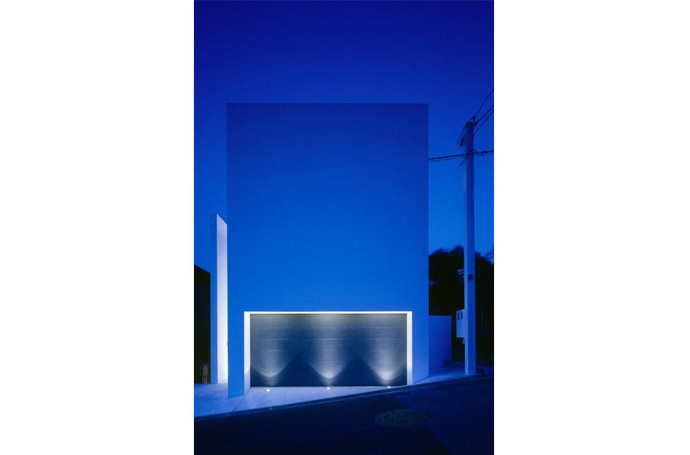HOUSE IN MUKOYAMA: Facade (in the night)