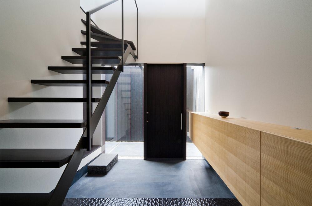 BLACK WALL HOUSE: Entrance