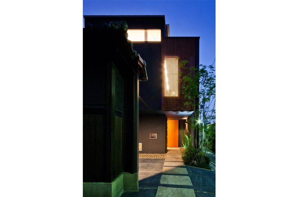 TSUNAGU: Entrance (in the night)