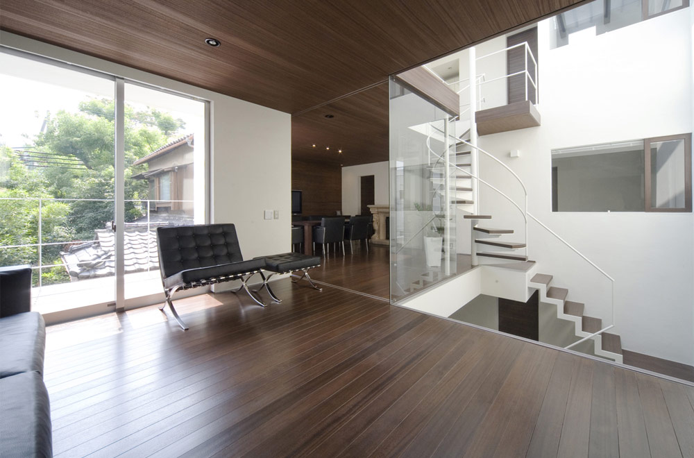 A HOUSE WITH AN INNER PATIO: Living room