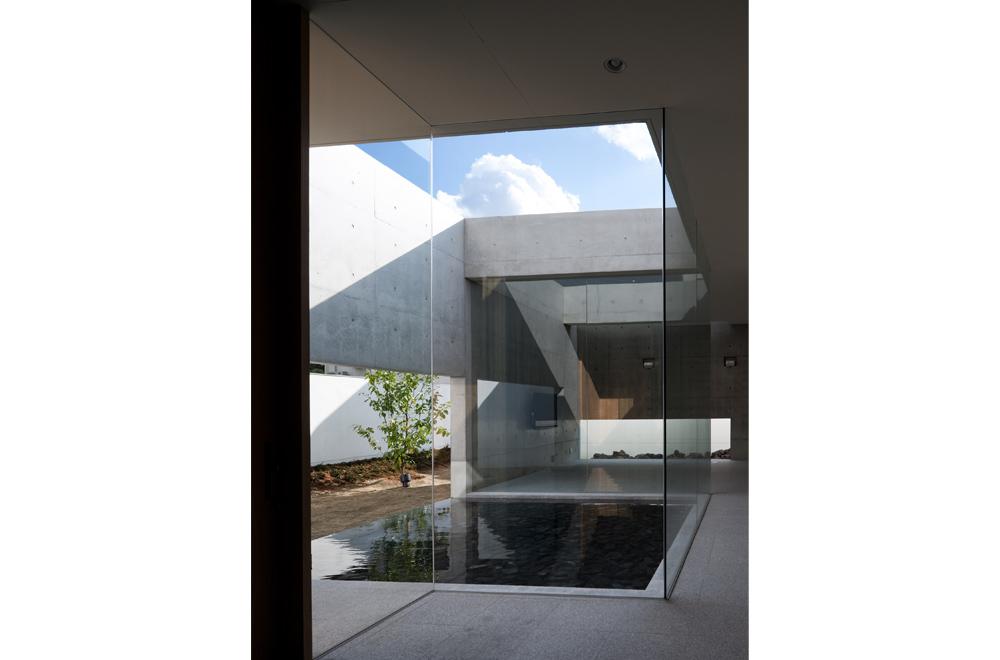 WATER VIEW: Courtyard
