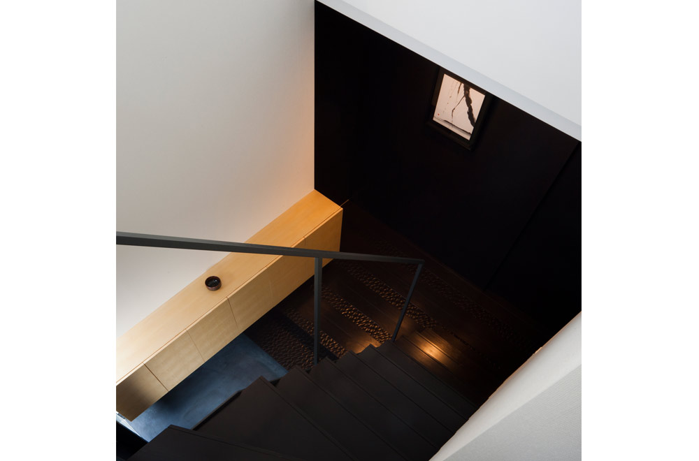 BLACK WALL HOUSE: Stairs