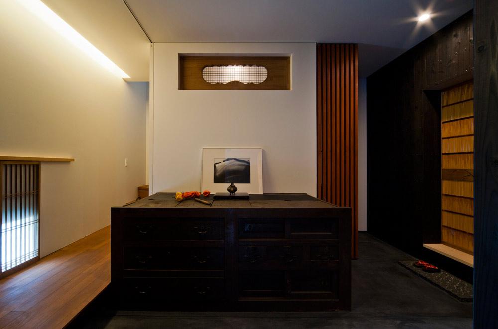 TSUNAGU: Earthen floor door
