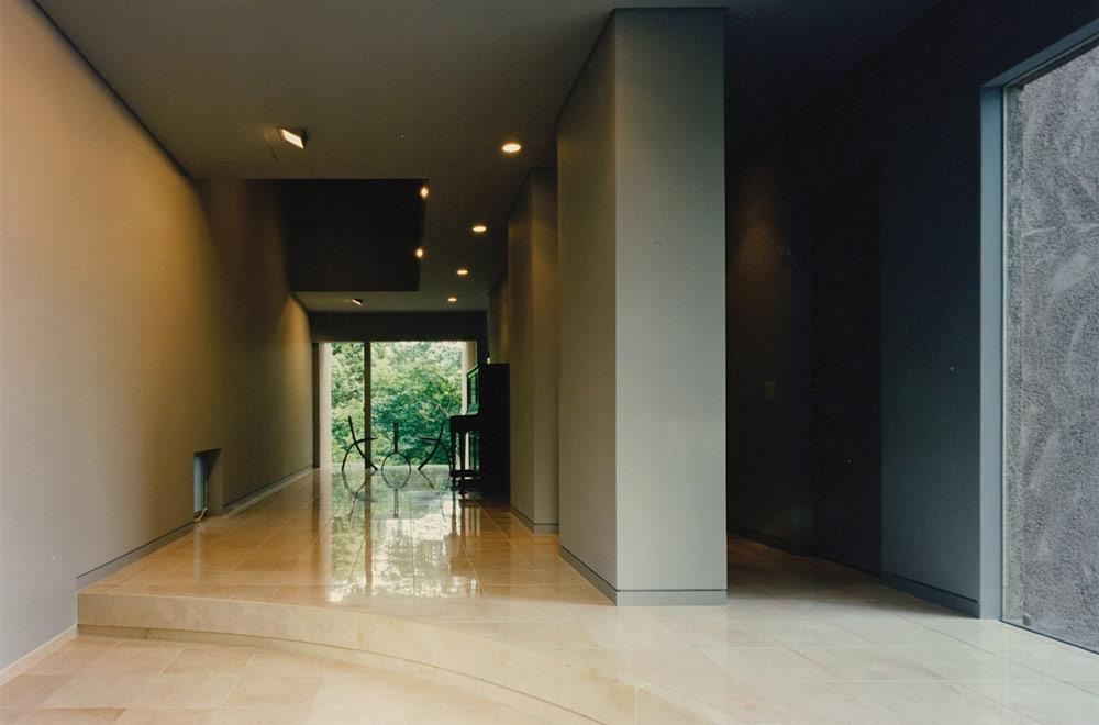 HOUSE IN SUMIYOSHIYAMATE: Entrance hall