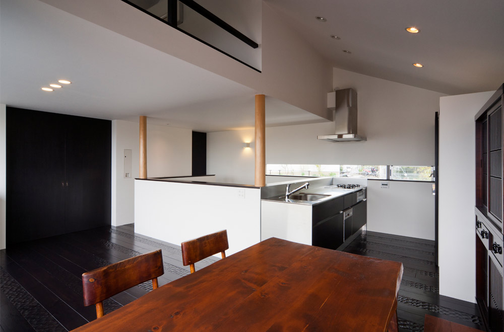 BLACK WALL HOUSE: Living room & Dining kitchen