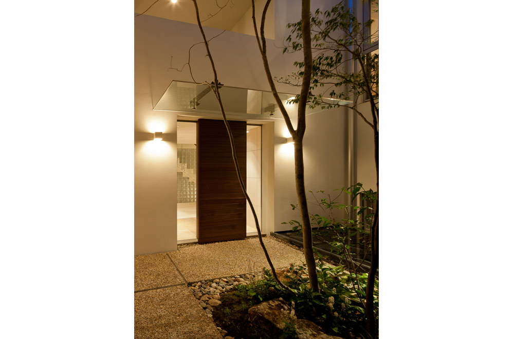 HOUSE WITH PUBLIC GARDEN: Entrance (in the night)