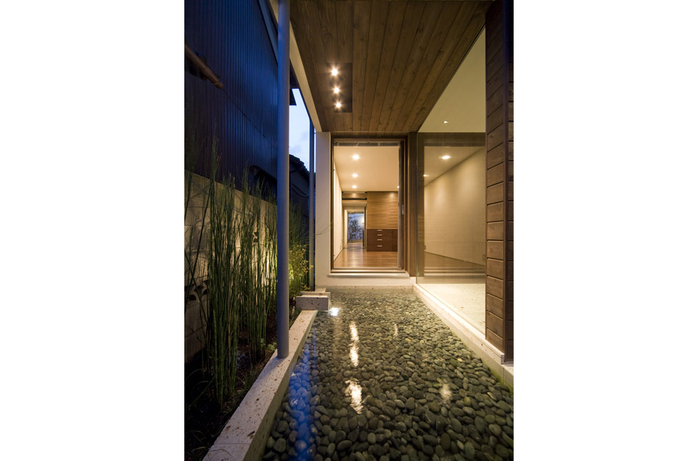 A HOUSE WITH AN INNER PATIO: Courtyard (in the night)