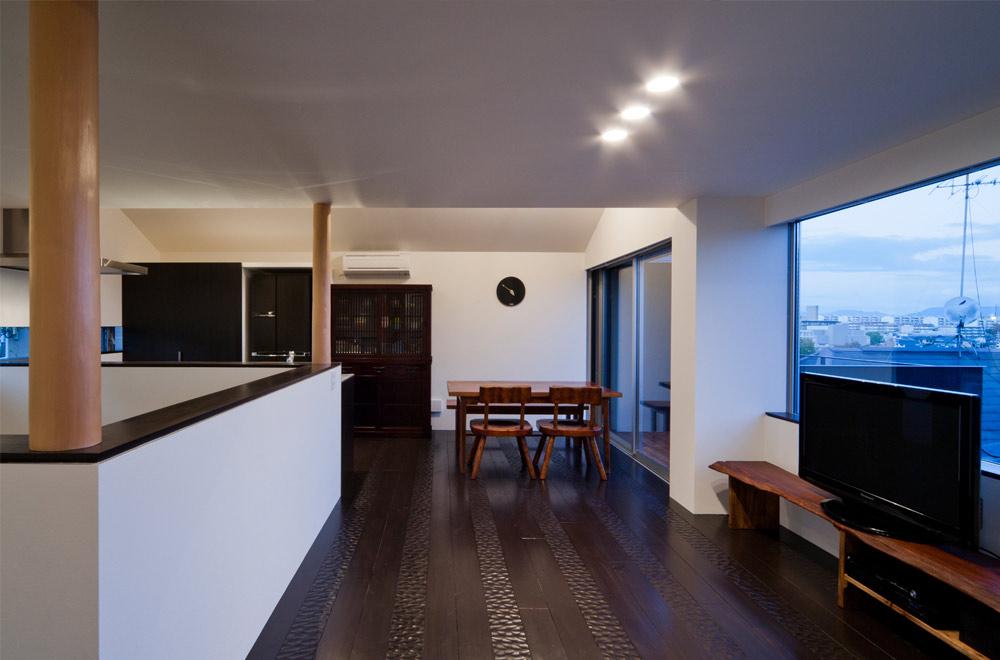 BLACK WALL HOUSE: Living room