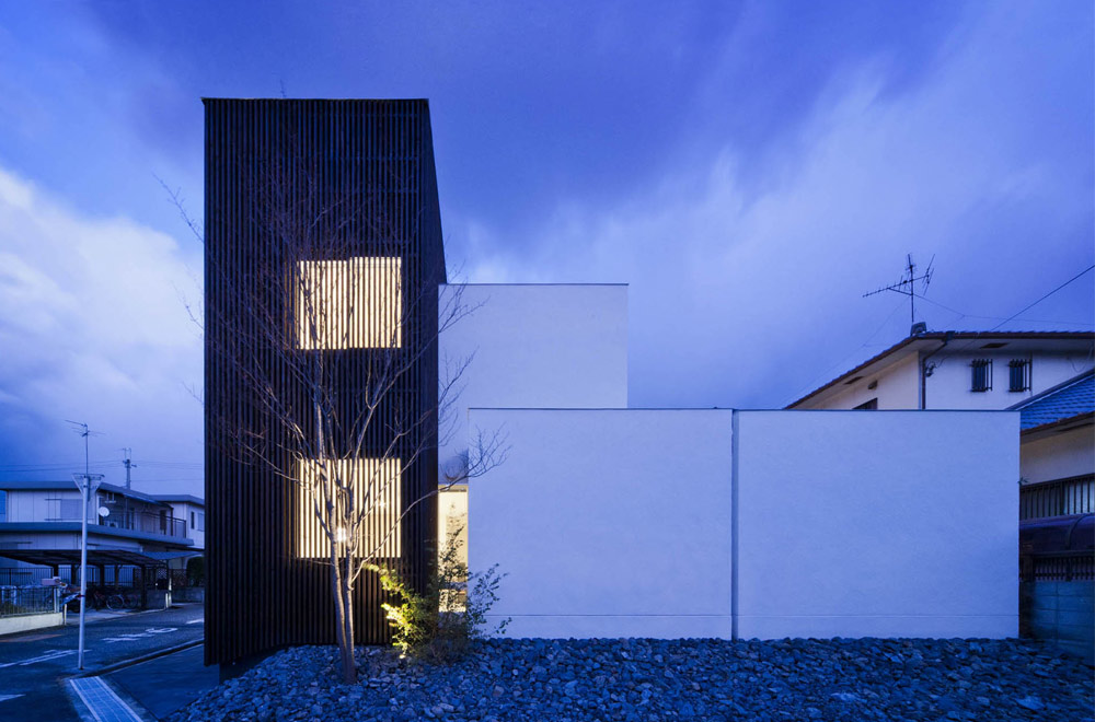HOUSE WITH A LOUVER TOWER: Facade (in the night)
