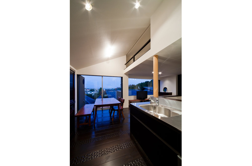 BLACK WALL HOUSE: Dining kitchen