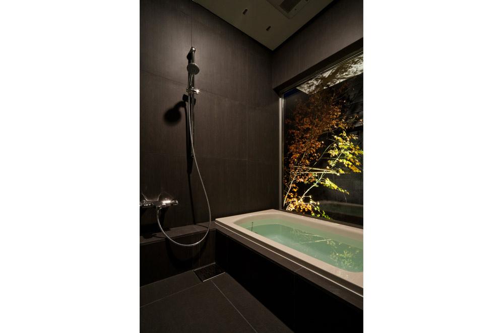 BLACK WALL HOUSE: Bathroom