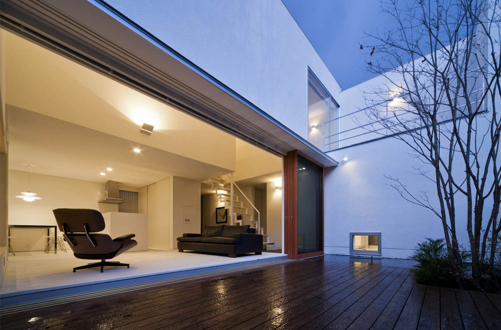 HOUSE WITH A LOUVER TOWER: Deck terrace