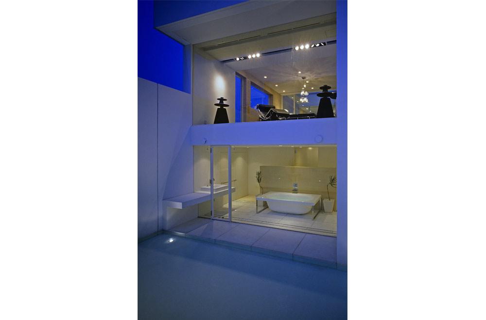 HOUSE IN MUKOYAMA: Bathroom (in the night)