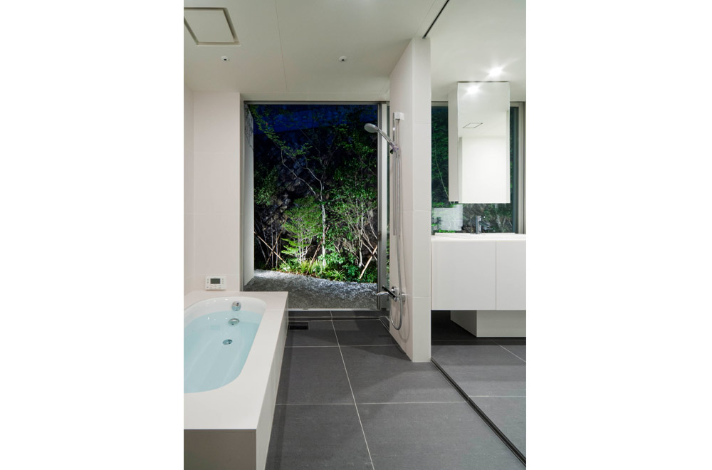WIDE VIEW: Bathroom