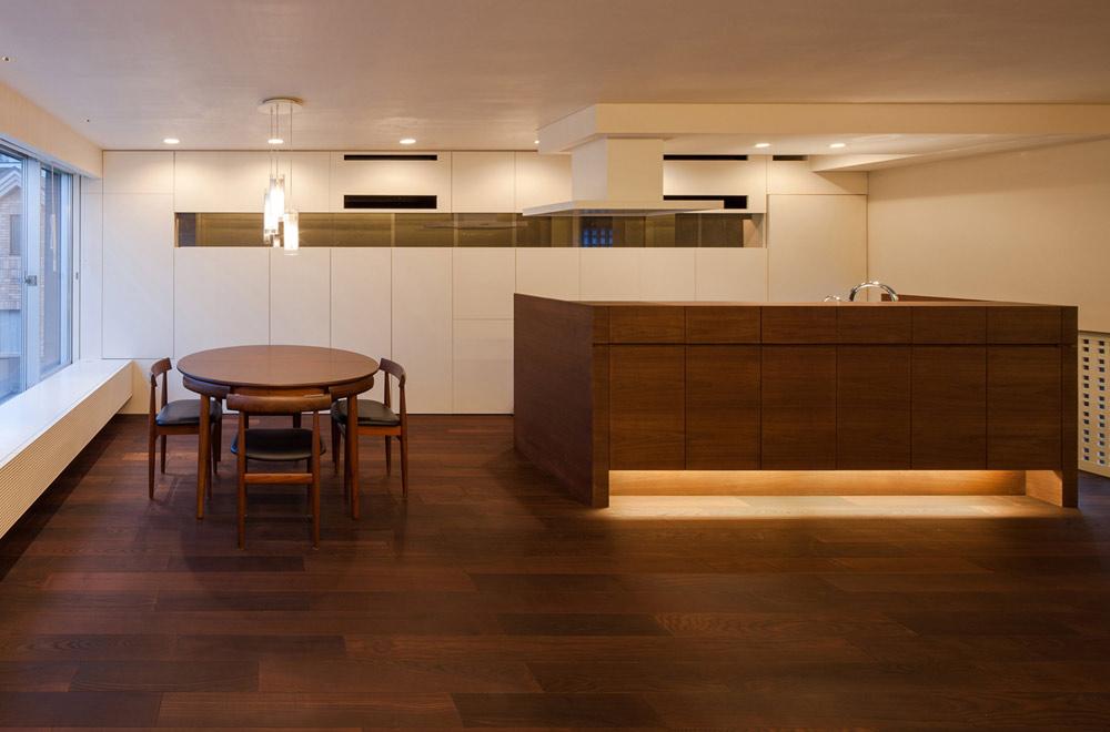 HOUSE WITH PUBLIC GARDEN: Dining kitchen