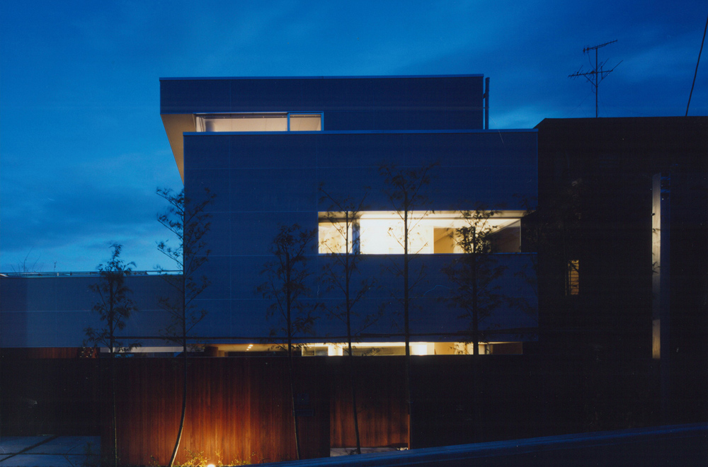 HOUSE IN TAKATSUKA: Facade (in the night)
