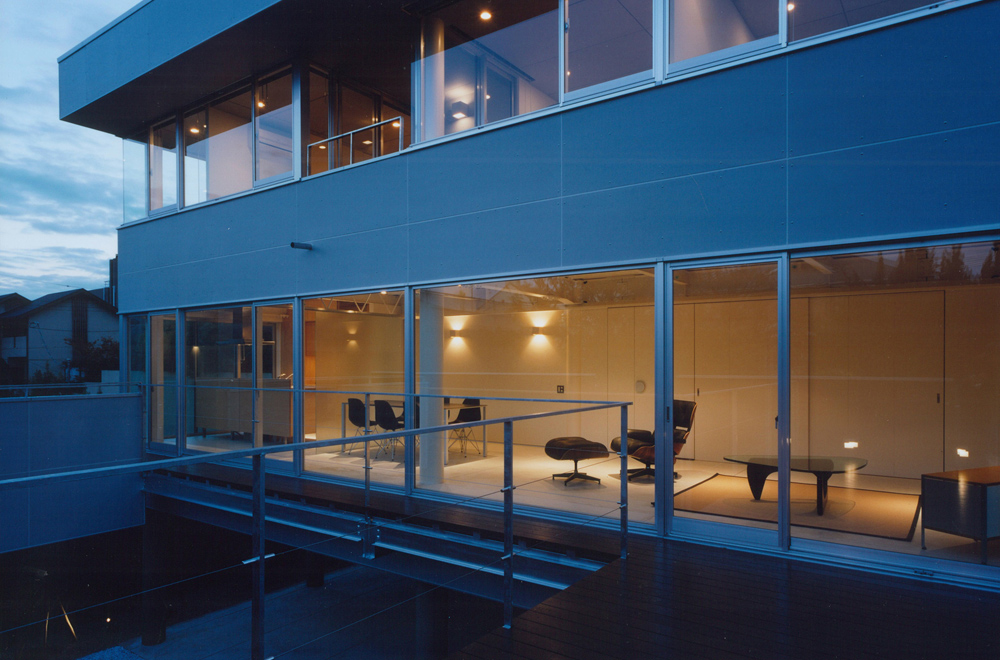 HOUSE IN TAKATSUKA: Deck terrace (in the night)