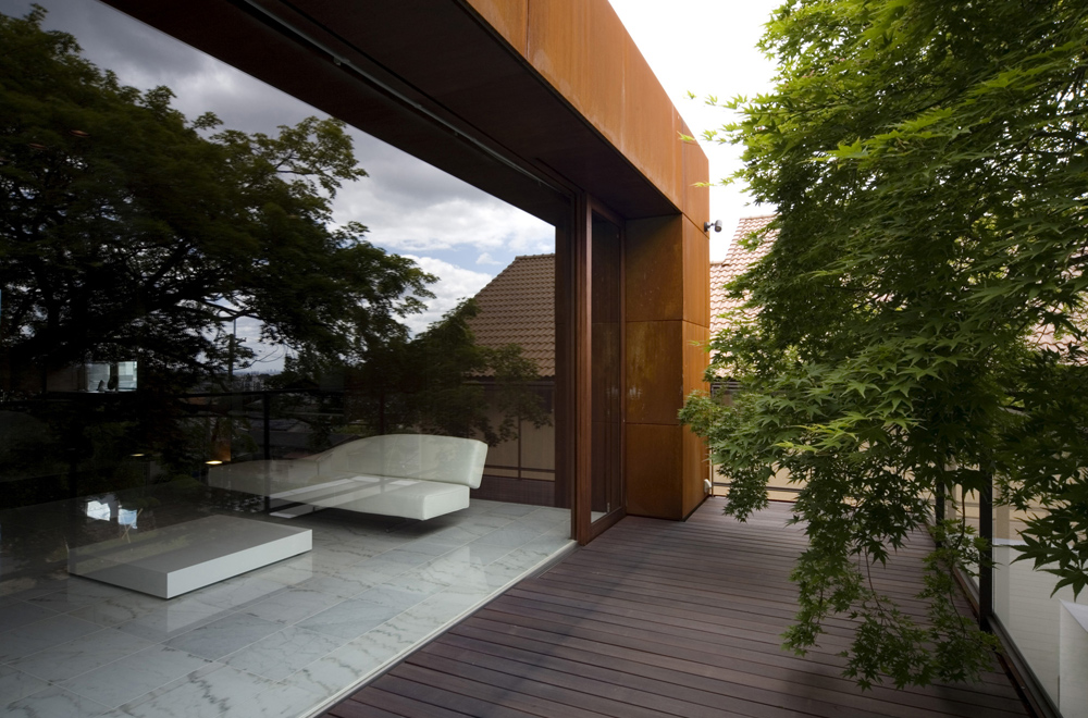 HOUSE WITH MAPLE TREE: Terrace