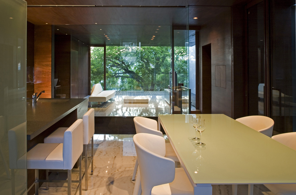 HOUSE WITH MAPLE TREE: Dining kitchen