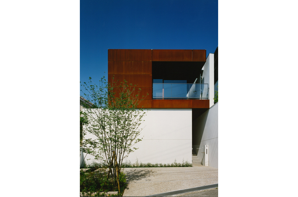 HOUSE WITH MAPLE TREE: Facade
