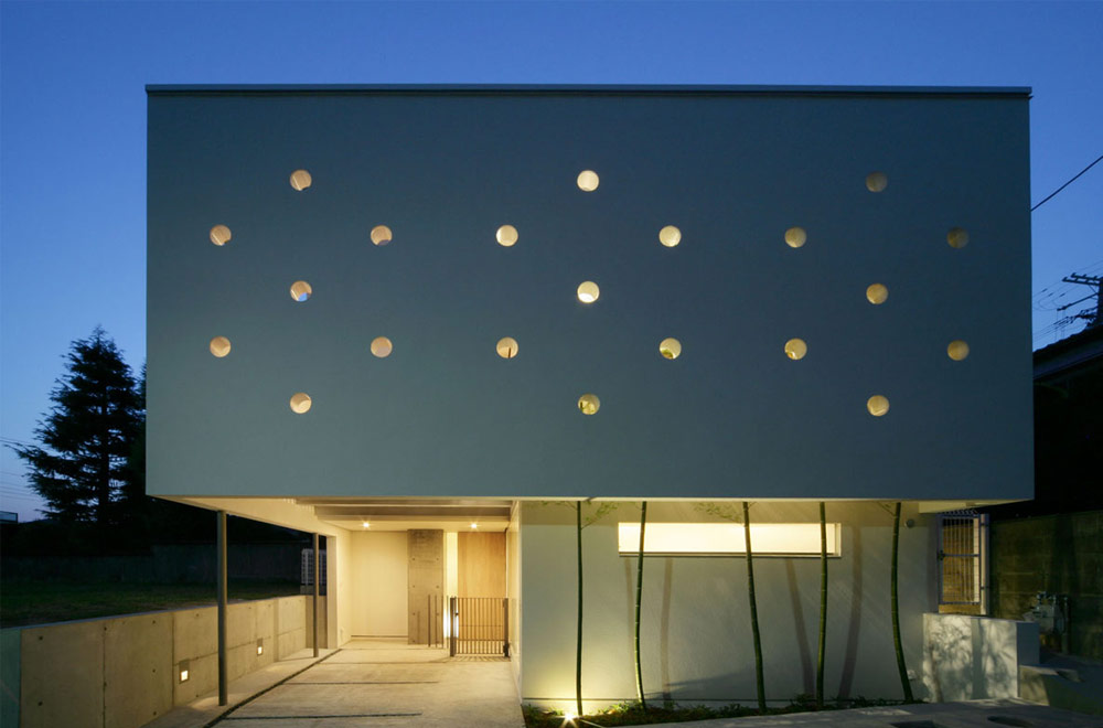 STAR HOUSE: Facade (in the night)