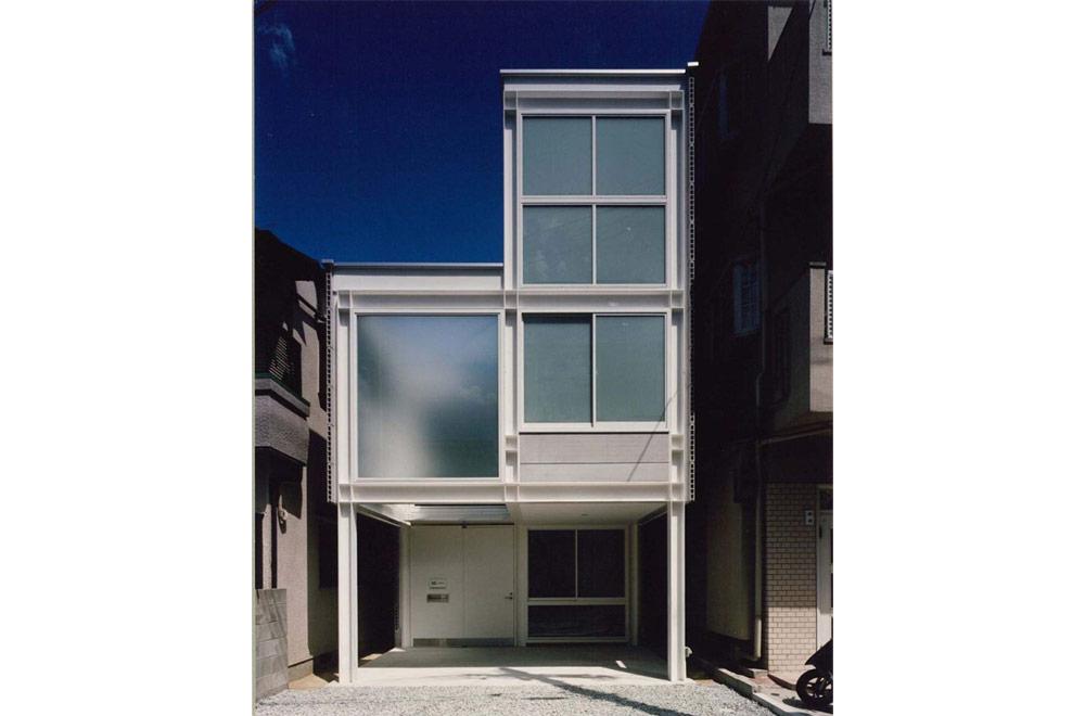 HOUSE WITH PILOTI: Facade