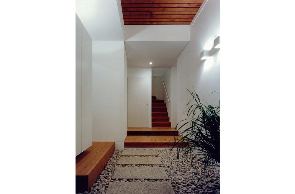 HOUSE IN TSUKAGUCHI: Entrance