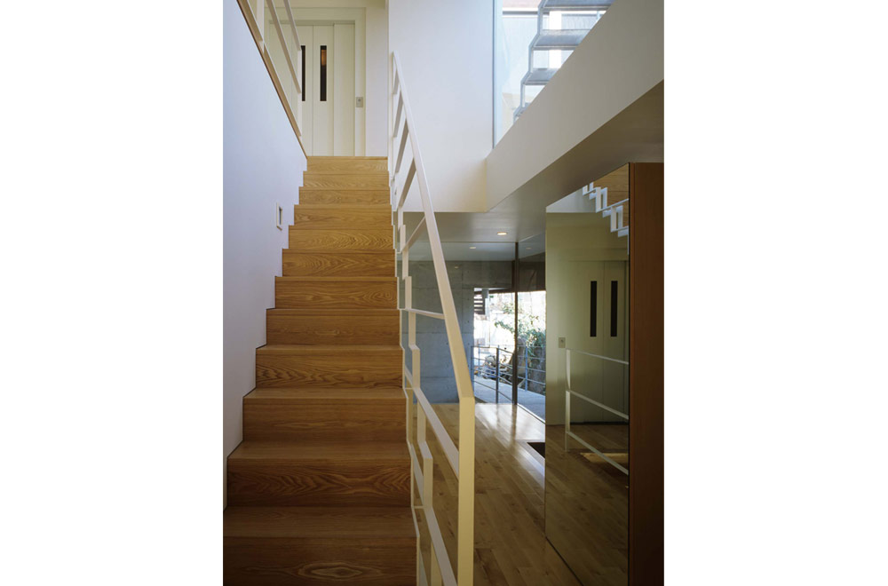 HOUSE WITH THE PEDESTRIAN DECK: Entrance