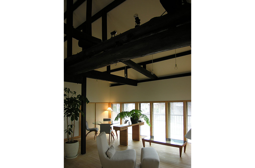 CROSS BEAM: Living room