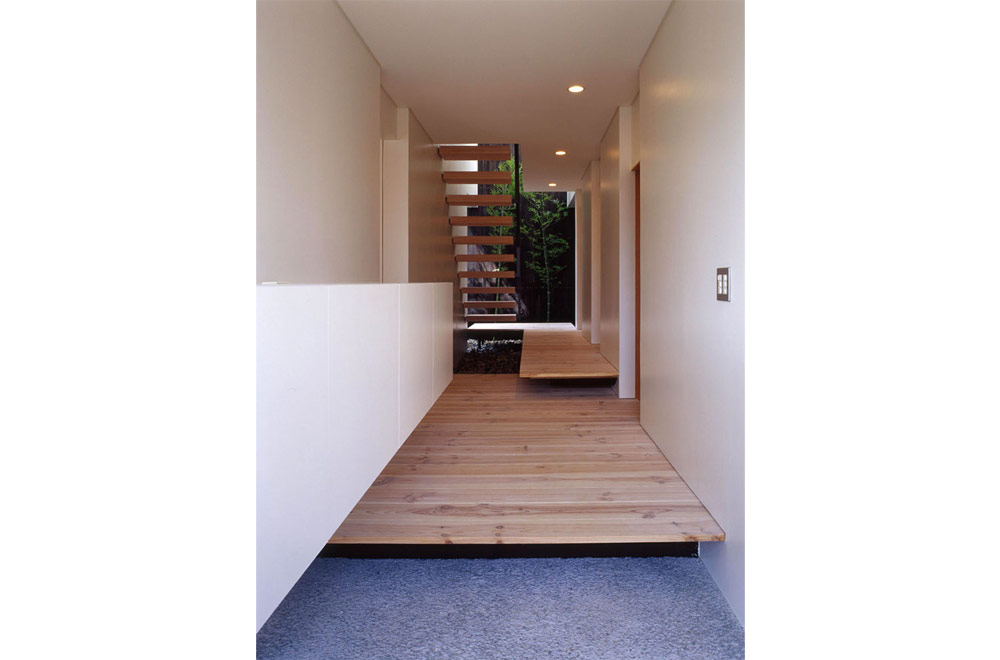 FLOATING FLOOR HOUSE: Entrance