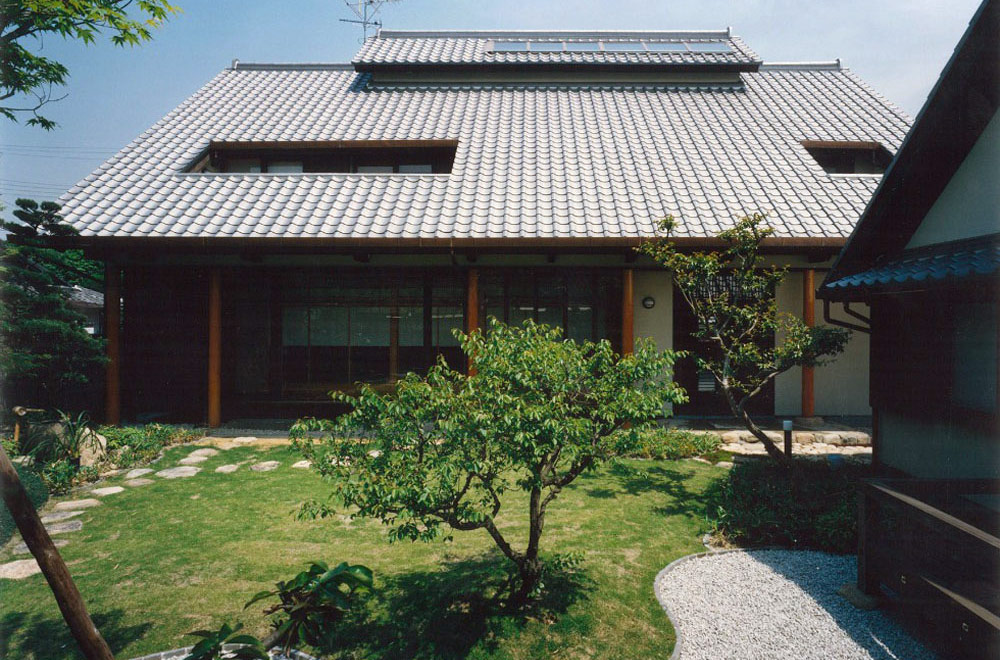 LARGE ROOF HOUSE: Garden