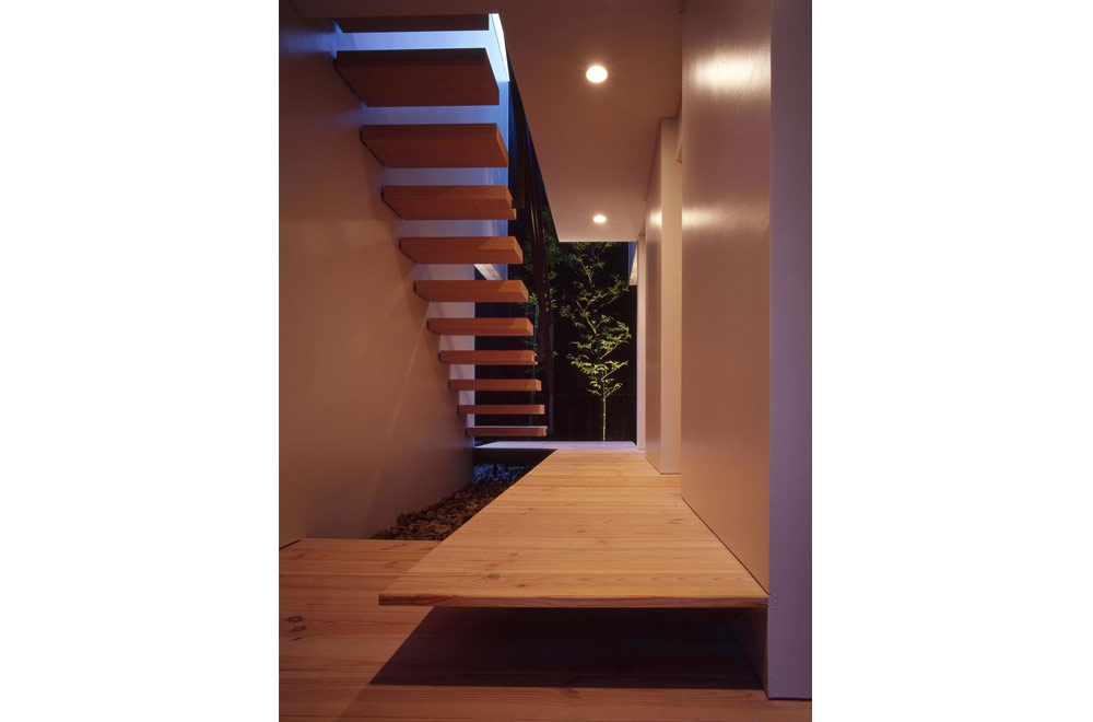FLOATING FLOOR HOUSE: Under stairs