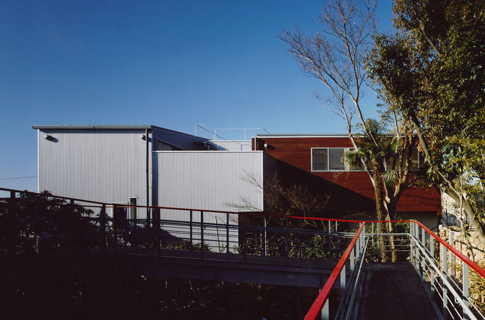 HOUSE WITH THE PEDESTRIAN DECK: Approach