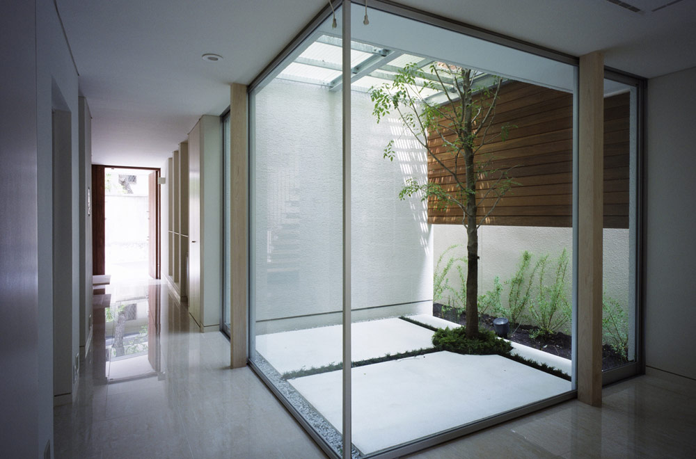 GLASS FACADE: Courtyard