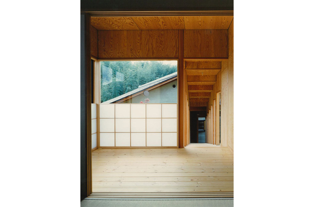 HOUSE IN INAGAWA: Roofed passage
