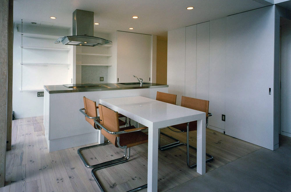 HOUSE IN NANPEIDAI: Living room & Dining kitchen