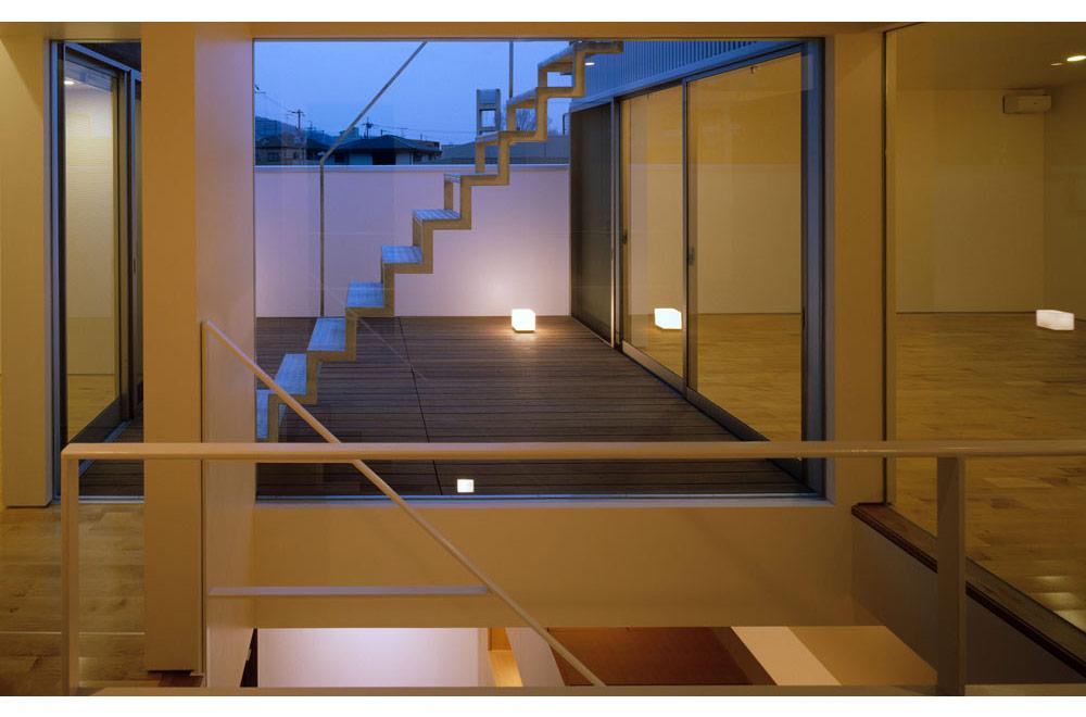 HOUSE WITH THE PEDESTRIAN DECK: Deck terrace