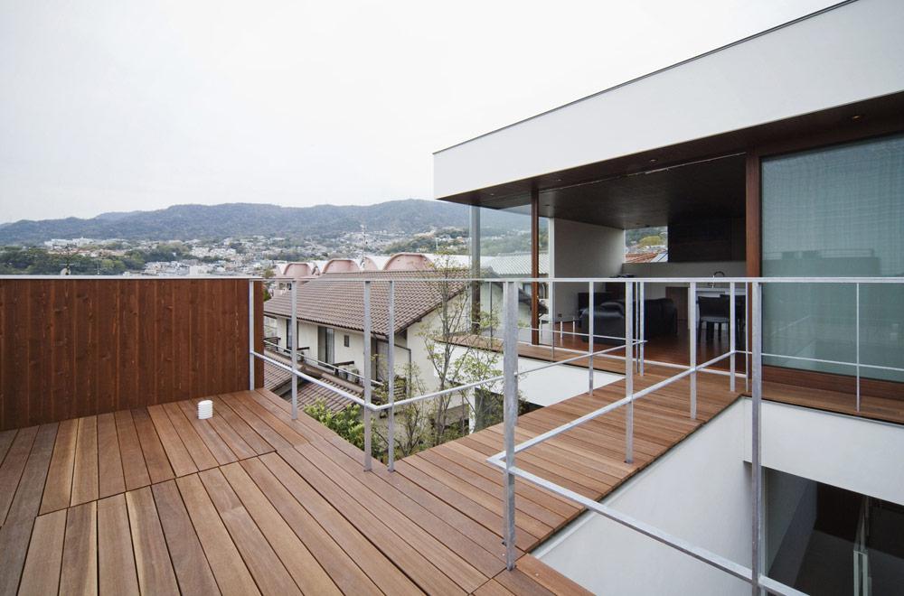 TWIN COURT HOUSE: Deck terrace