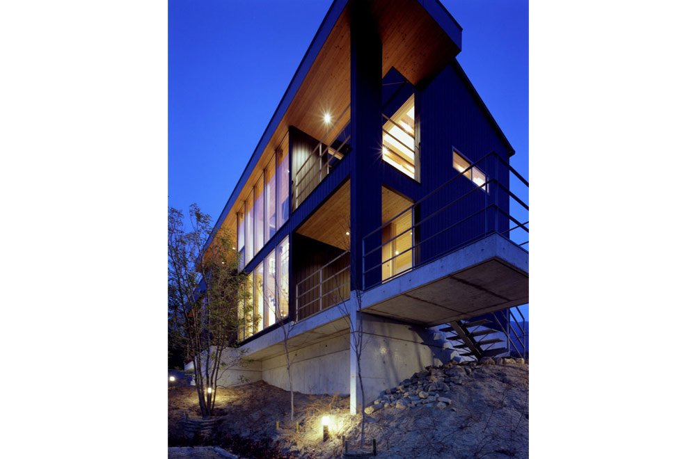 FLYING HOUSE: Appearance (in the night)