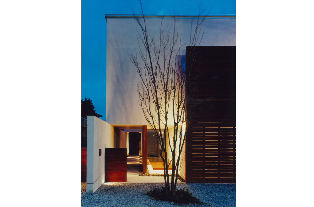 HOUSE IN KENTANI: Facade (in the night)