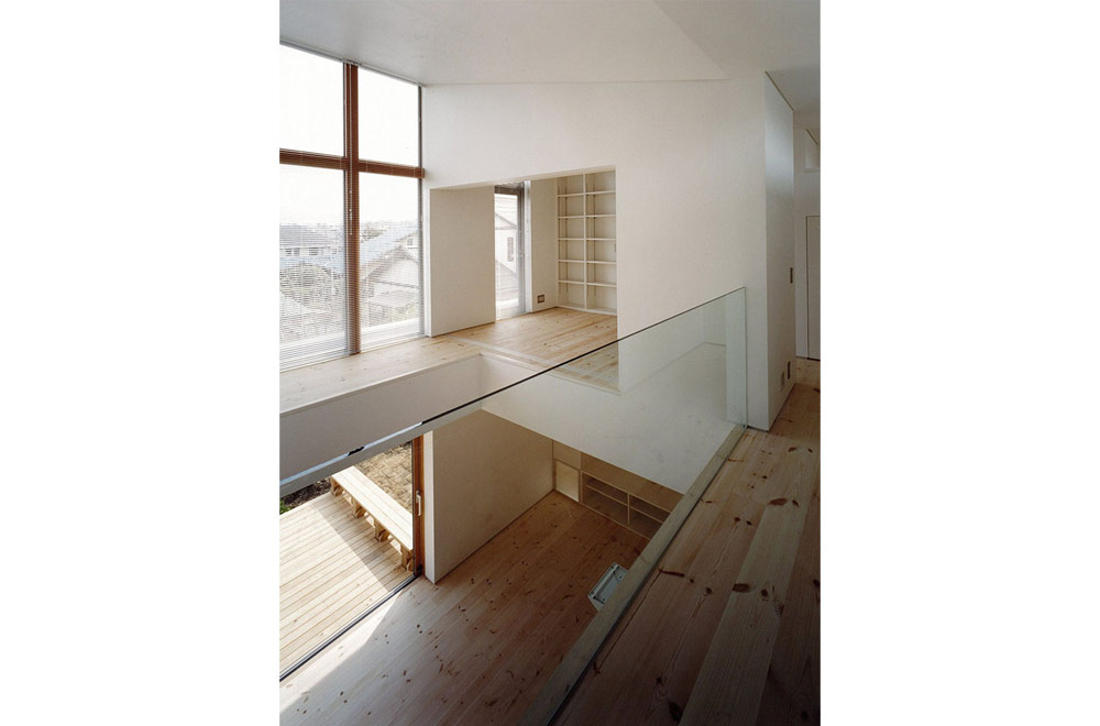 HOUSE IN TOMIGAOKA: Open to below