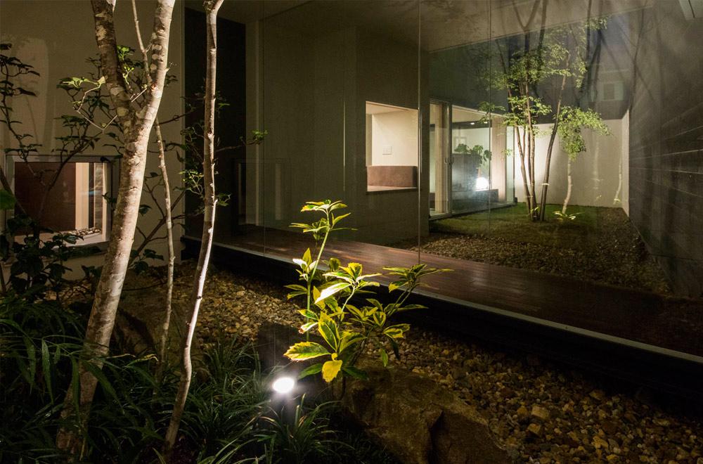 GLASS BRIDGE: Courtyard (in the night)